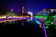 Città di notte con il fiume Immagini Stock