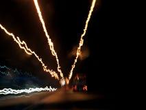Città di notte dalla finestra dell'automobile fotografia stock