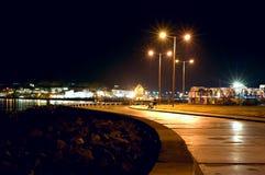 Città di notte del mare Immagine Stock