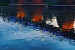 Città di notte del ponte riflessa in acqua Uzhorod immagine stock