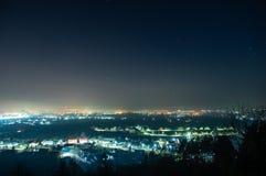 Città di notte nella foschia fotografia stock libera da diritti
