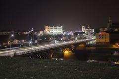 Città di notte sul fiume di Neman immagine stock
