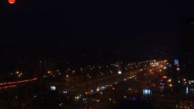 Città di notte di Timelapse con le automobili e le case video d archivio