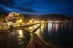 Città di notte vicino al mare. L'Ucraina, Jalta Fotografia Stock