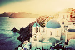 Città di OIA sull'isola di Santorini, Grecia al tramonto Rocce su egeo Fotografia Stock Libera da Diritti
