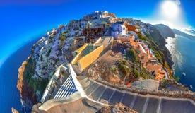 Città di OIA sull'isola di Santorini, Grecia Case e chiese tradizionali e famose con le cupole blu sopra la caldera immagine stock libera da diritti