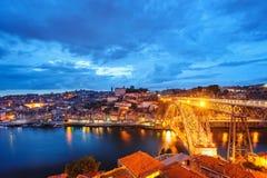 Città di Oporto di sera, fiume del Duero e Dom Luis Bridge anziani Fotografia Stock