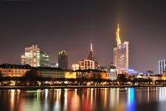 Città di panorama di Francoforte entro la notte Immagine Stock