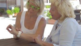 In città di Perea, la Grecia due donne adulte che imparano come lavorando orologio astuto stock footage