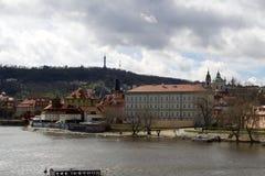Città di Praga dal fiume la Moldava fotografia stock