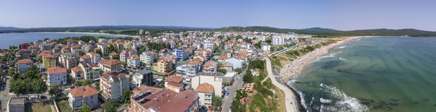 Città di Primorsko e la spiaggia del nord da sopra fotografia stock
