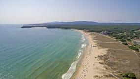 Città di Primorsko e la spiaggia del sud da sopra Fotografie Stock
