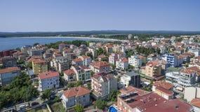 Città di Primorsko e la spiaggia del sud da sopra Immagini Stock Libere da Diritti