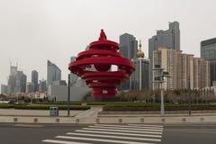 Città di Qingdao, paesaggio quadrato della statua maggio di 4 - imagen immagini stock libere da diritti