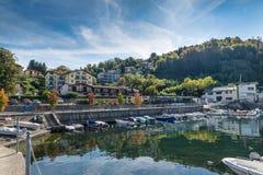 Città di Reno, lago Maggiore Italia, conosciuta per la presenza, una breve distanza, dell'eremo famoso di Santa Caterina del Sass Fotografia Stock Libera da Diritti