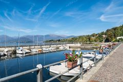 Città di Reno, lago Maggiore, Italia del Nord Fronte lago del villaggio pittoresco sul lago Maggiore e sul suo piccolo porto Immagine Stock