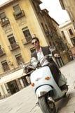 Città di Riding Scooter Through dell'uomo d'affari fotografia stock