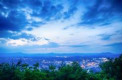 Città di Roanoke come visto dalla stella della montagna del mulino al crepuscolo nella Virginia Fotografie Stock Libere da Diritti
