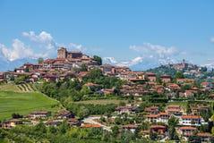Città di Roddi sulle colline in Italia Fotografia Stock