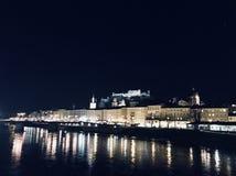 Città di Salisburgo alla notte fotografia stock libera da diritti