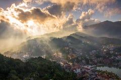 Città di Sapa prima del tramonto dalla montagna di Ham Rong immagini stock libere da diritti