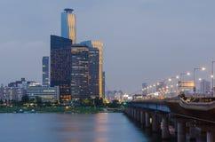 Città di Seoul alla notte ed a Han River, Corea del Sud fotografia stock