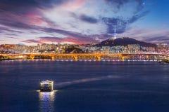 Città di Seoul e ponte, bella notte della Corea con la torre di Seoul immagine stock