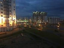 città di sera con il cielo nuvoloso Fotografia Stock