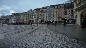 Città di sera di Karlovy Vary archivi video
