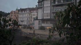 Città di sera di Karlovy Vary video d archivio