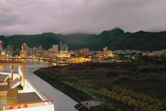 Città di sera e cresta della montagna Port Louis, Isola Maurizio Fotografia Stock