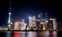 Città di Shanghai con le luci intense immagini stock