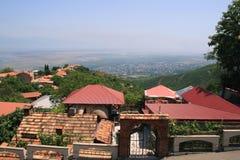 Città di Signagi con le sue case rosse del tetto georgia immagini stock