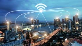 Città di Singapore e rete di comunicazione astute di wifi, città astuta fotografia stock