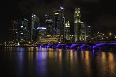 Città di Singapore entro la notte Fotografia Stock