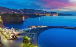 Città di Sorrento e golfo di Napoli in Italia Fotografia Stock