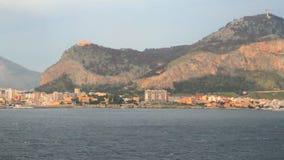 Città di spiaggia al piede delle montagne Palermo, Italia stock footage