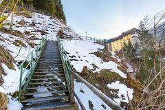 Città di stazione sciistica cattivo Gastein in montagne nevose di inverno, Austria, terra Salisburgo Immagini Stock