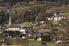 Città di stazione sciistica Matrei in Osttirol, Austria nel giorno di inverno soleggiato Fotografia Stock Libera da Diritti