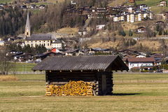 Città di stazione sciistica Matrei in Osttirol, Austria nel giorno di inverno soleggiato Immagine Stock Libera da Diritti