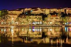 Città di Stobrec di notte, la Croazia Immagini Stock Libere da Diritti