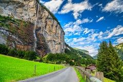 Città di stordimento Lauterbrunnen e cascata di Staubbach, Bernese Oberland, Svizzera, Europa Fotografia Stock
