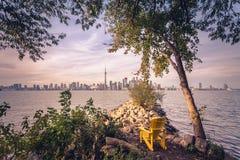 Città di Toronto durante il tramonto dall'isola della centrale di Toronto Immagine Stock Libera da Diritti