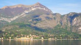 Città di Tremezzo con il fondo del cielo blu e della montagna Immagini Stock