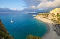 Città di Tropea e spiaggia, crogiolo di yacht in mar Tirreno, costruzioni variopinte sopra le alte grandi rocce, vista dalla chie immagine stock libera da diritti
