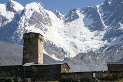 Città di Ushguli, torre famosa di Svanetian, montagne del ghiacciaio, la cresta caucasica principale, Georgia fotografie stock libere da diritti