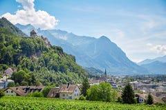 Città di Vaduz e castello, Lichtenstein Fotografia Stock Libera da Diritti