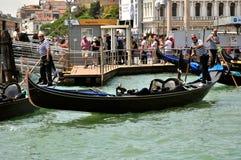 Città di Venezia con le vecchie costruzioni e gondola, Italia immagini stock