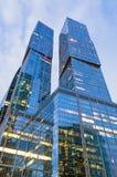 Città di vetro del grattacielo di due alte torri alta Fotografia Stock