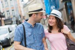 Città di visita delle giovani coppie durante le feste Fotografie Stock Libere da Diritti